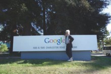 google前で記念撮影する美馬教授