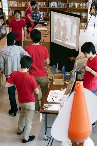 蔦屋書店でのイベント準備をする学生