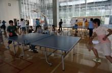 卓球をする学生たち