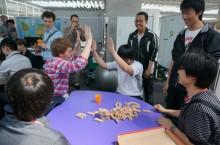 ゲームでハイタッチする学生たち