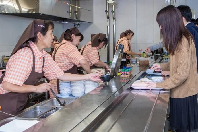 大学生協食堂で働くスタッフ