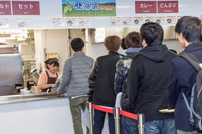 食堂で行列を作る学生