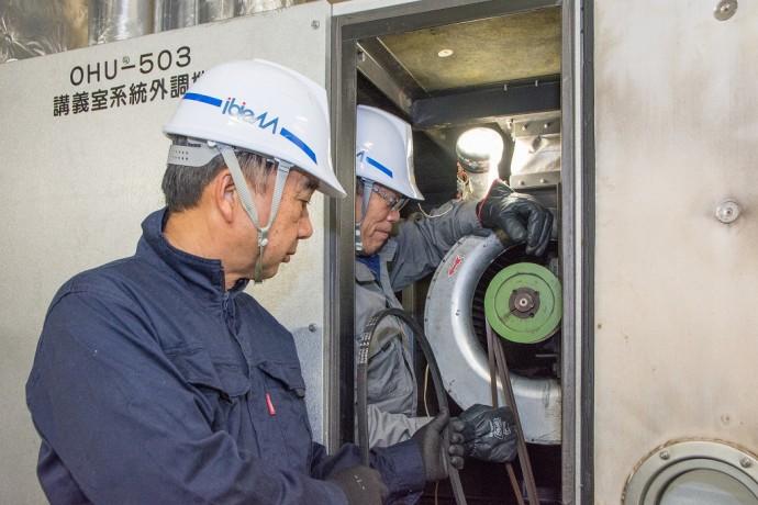中央制御室で働く多田さん、外丸さん