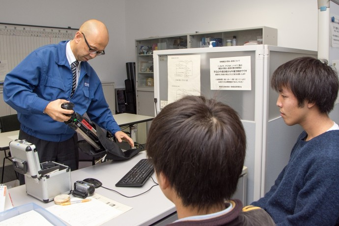 学生に情報機器を貸し出すのも業務の一環