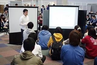 プロジェクト学習でプレゼンする高村先生