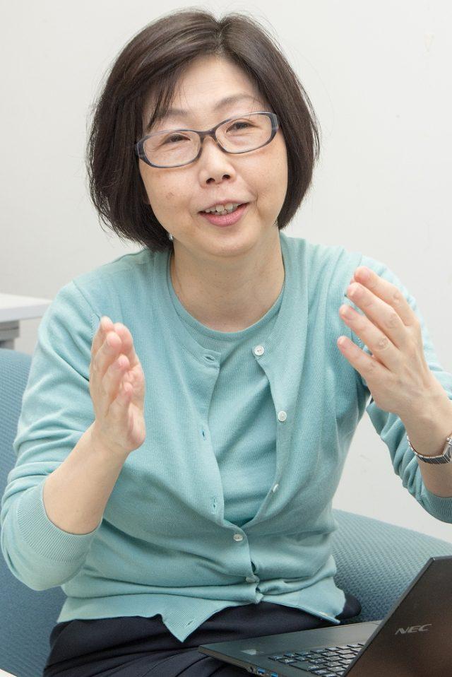 インタビューを受ける富永准教授