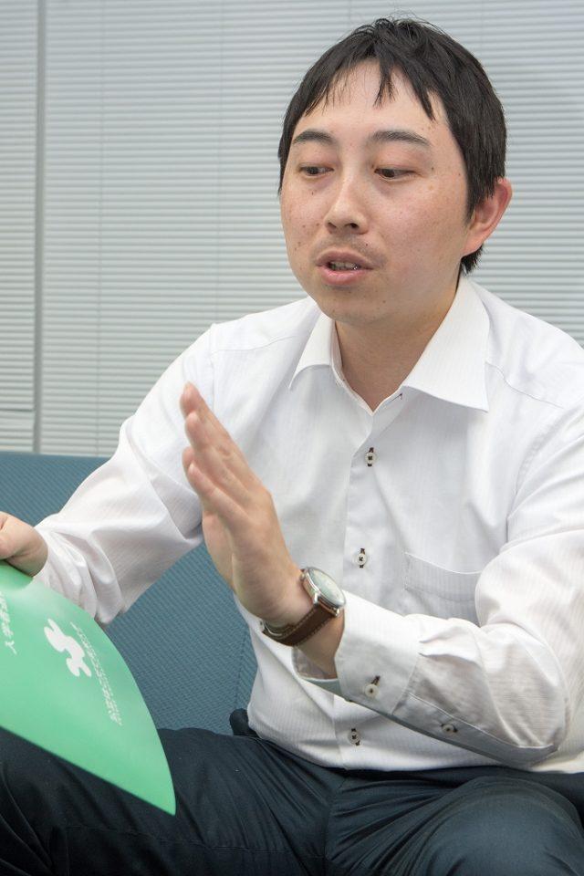 インタビューを受ける事務局の鈴木さん