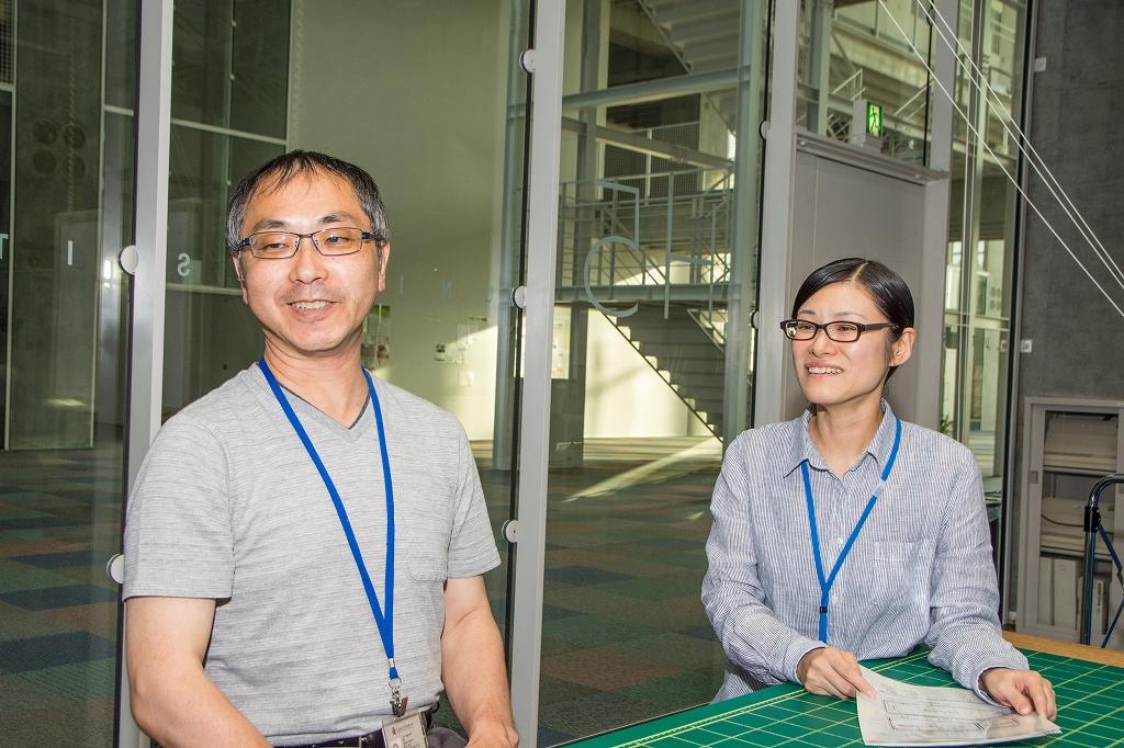 インタビューを受ける鈴木教授と西野さん