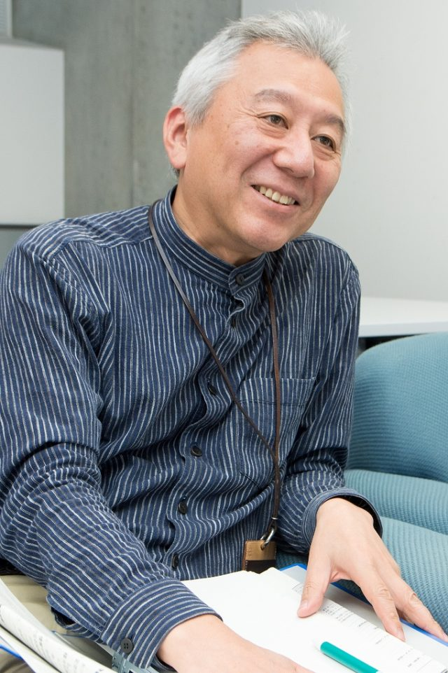 インタビューを受ける平田教授