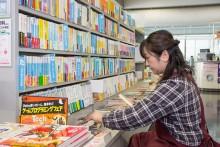 書籍を陳列する購買スタッフ