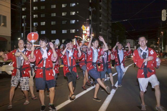 パレードで踊る学生