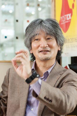 インタビューを受ける原田先生