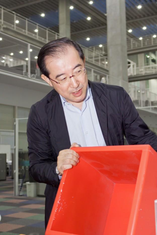 ヒレルボックスを手にする木村先生