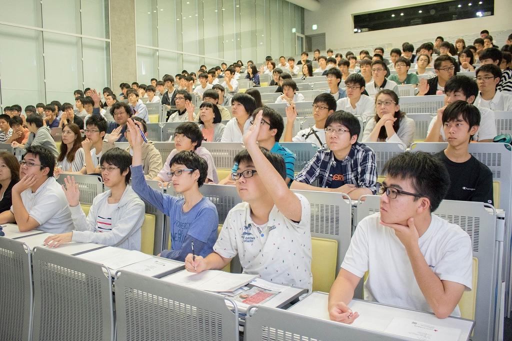講堂が一杯になるほどたくさんの高校生が真剣に授業を受けている様子
