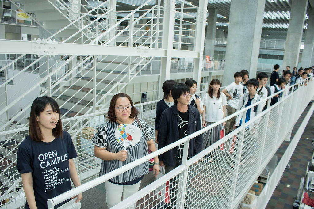 通路いっぱいに並ぶオープンキャンパス見学者