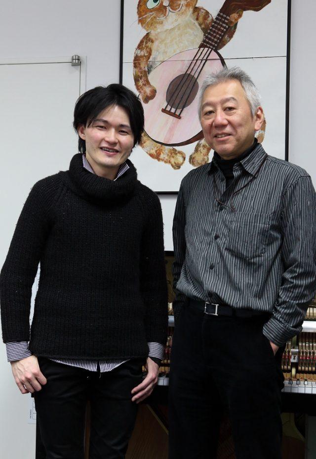 笑顔で並ぶ平田圭二教授と竹川佳成准教授