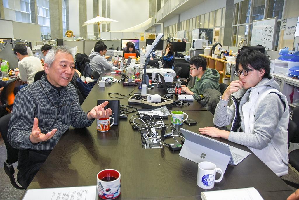 開放的な空間で学生と議論する平田教授