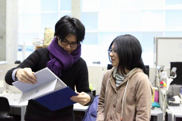 指導教員に相談する学生