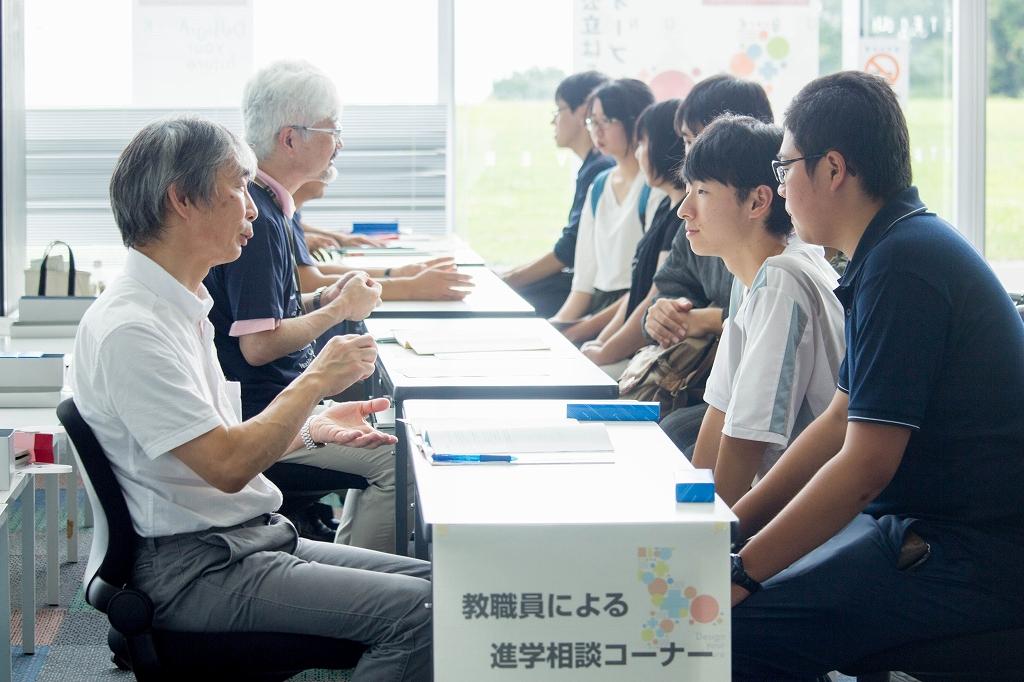 進学相談コーナーで相談する学生と対応する教職員