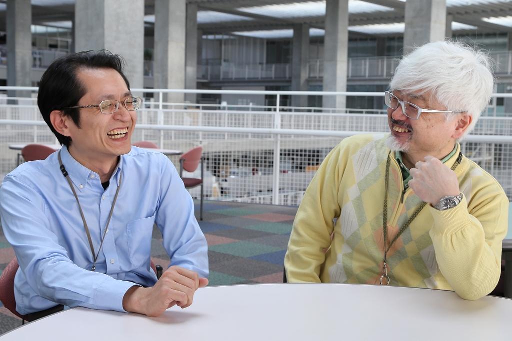 笑顔で会話する美馬義亮教授と伊藤恵准教授