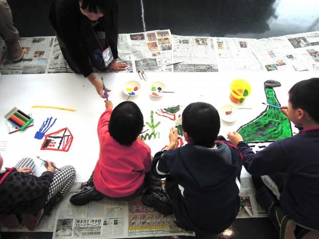 絵具で絵を描く子供