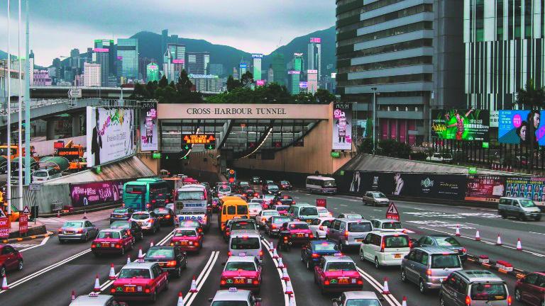 香港海底トンネルに向かう沢山の車の画像