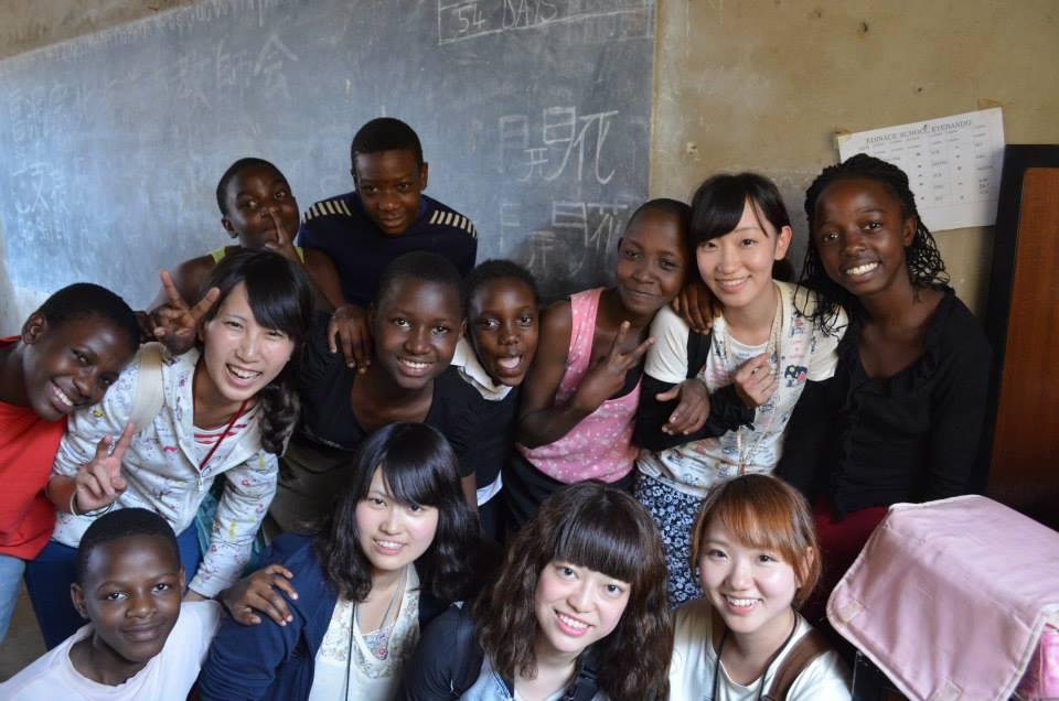 笑顔で集合する未来大の学生とウガンダの学生