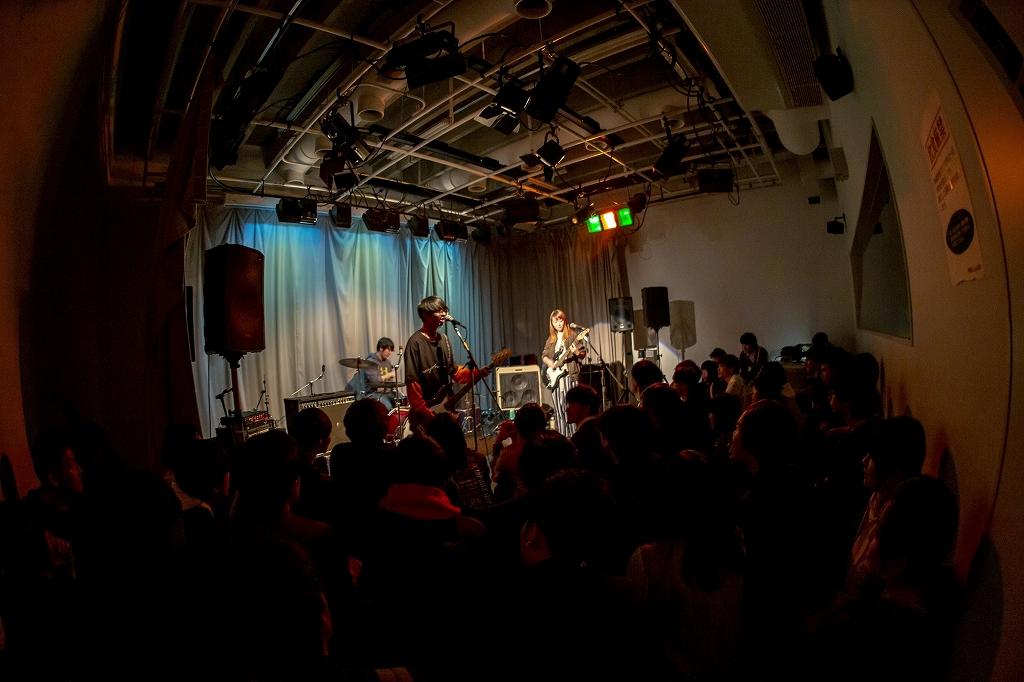 サークル活動ステージで歌う学生