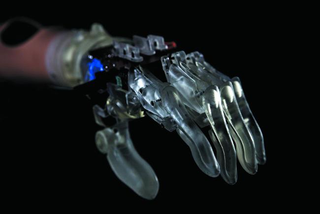 透明な素材で作られた機械の手の画像