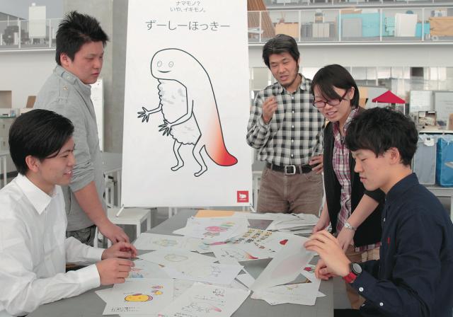 テーブルに並べられた様々なキャラクターを検討している学生と教員